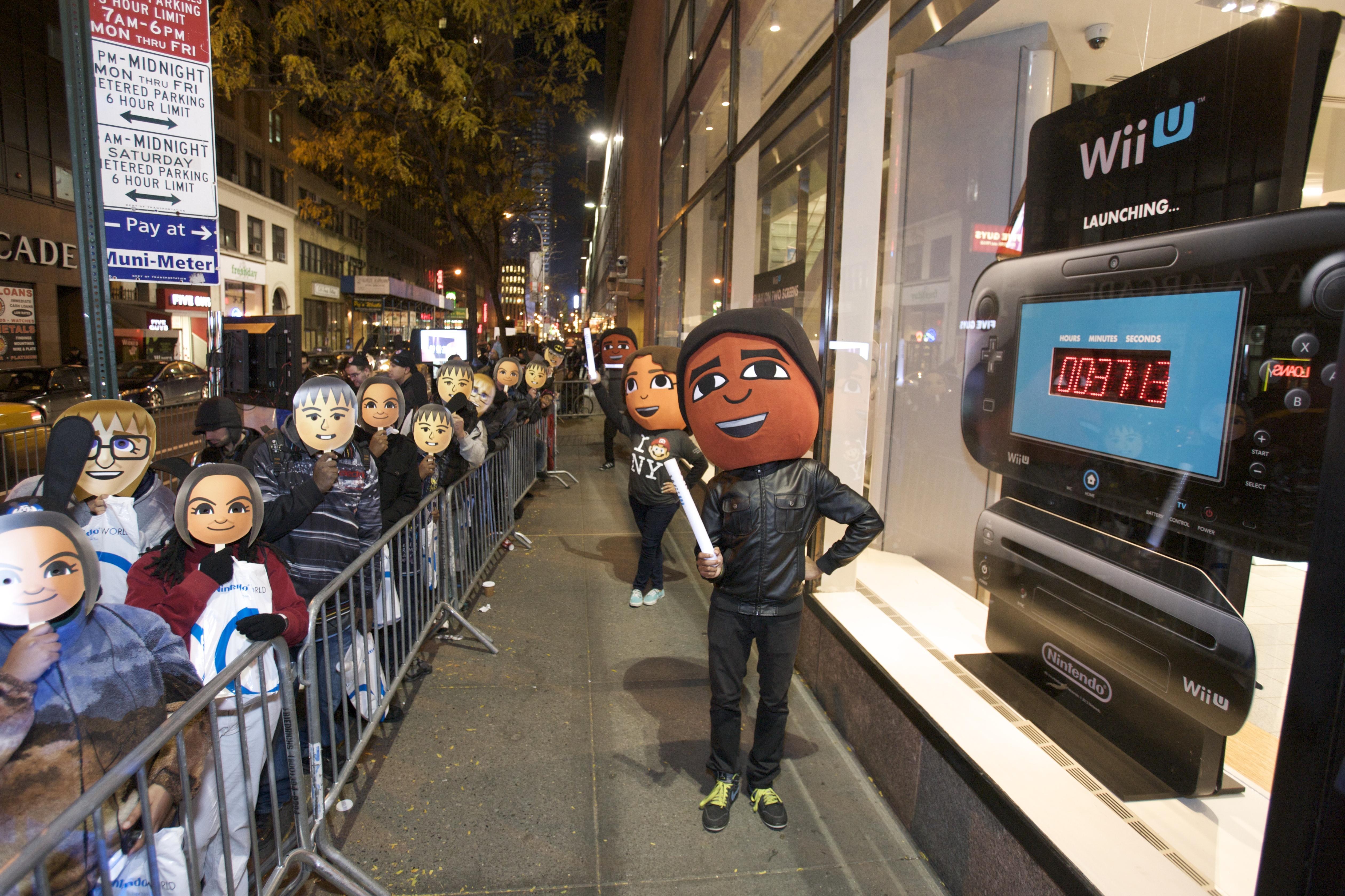 Los fanáticos hacen fila afuera de la tienda para ser los primeros en tener la esperada consola.