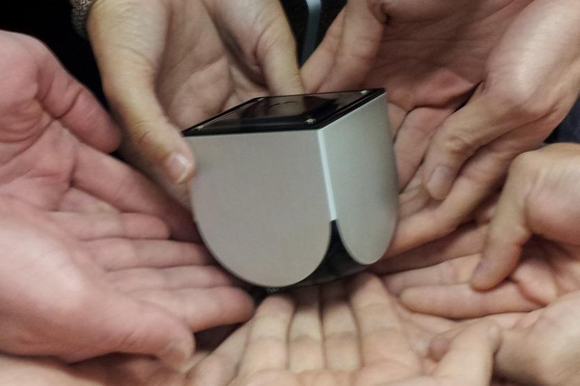 Así de pequeña es OUYA, una consola que ofrece una nueva alternativa para los juegos independientes