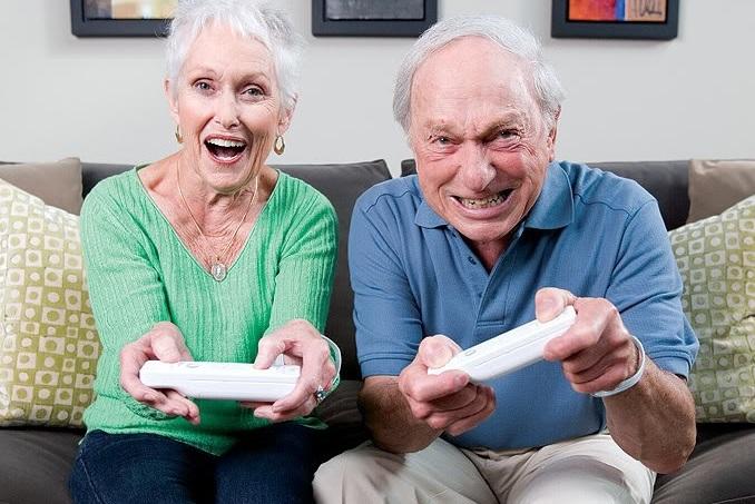 Jugar con los abuelos es algo que algunos sólo podemos imaginar, pero que cada vez se vuelve más común