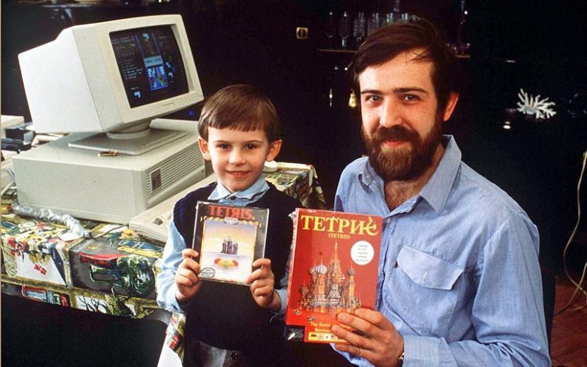 El creador de Tetris y su hijo posan con las versiones occidentales del juego