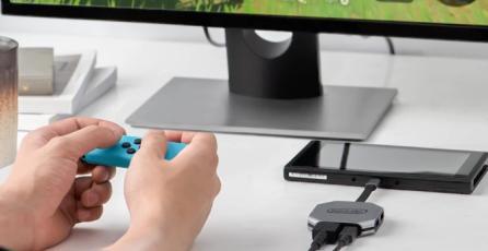La Switch-Con en un dock portátil de la consola de Nintendo