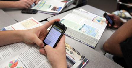 Nueva ley en Chile quiere eliminar los celulares de las salas de clase