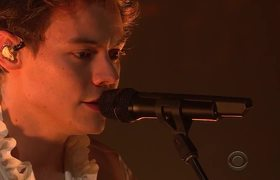 Harry styles kisses a dude on british tv videos metatube - Harry styles stage dive ...