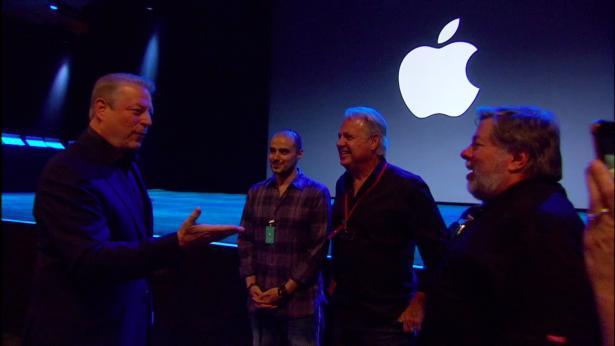 Al Gore y Steve Wozniak charlan antes del evento
