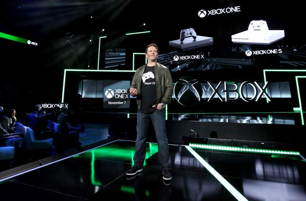 Spencer durante la presentación del Xbox One X