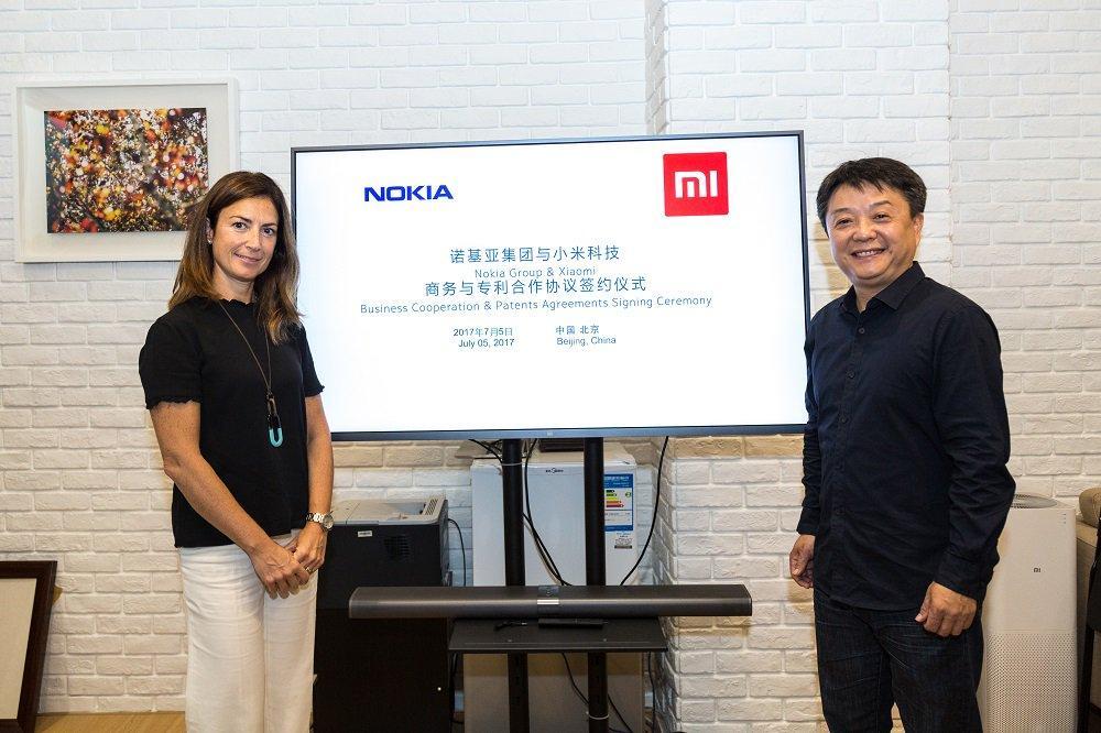 Los representantes de Nokia y Xiaomi durante la firma el acuerdo.