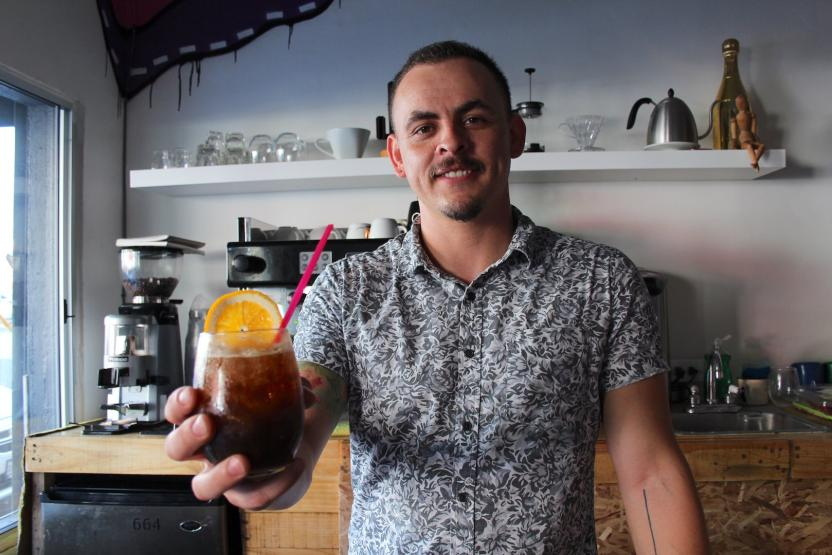 """Y con ustedes, """"Chester"""", el joven barista y arquitecto que te recibirá con la mejor actitud Foto: Ángel García/ SanDiegoRed.com"""
