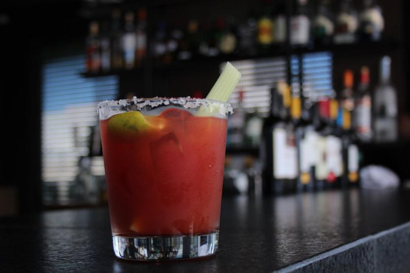 La zona del bar ofrece los más selectos vinos del Valle de Guadalupe, cervezas artesanales y su clásico clamato preparado, el cual fue inventado en el Hotel Lucerna de Mexicali. Foto: Ángel García