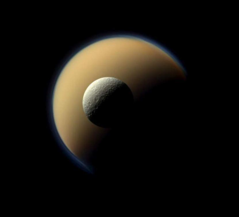 Titán y Rhea, de las lunas más grandes del planeta anillado