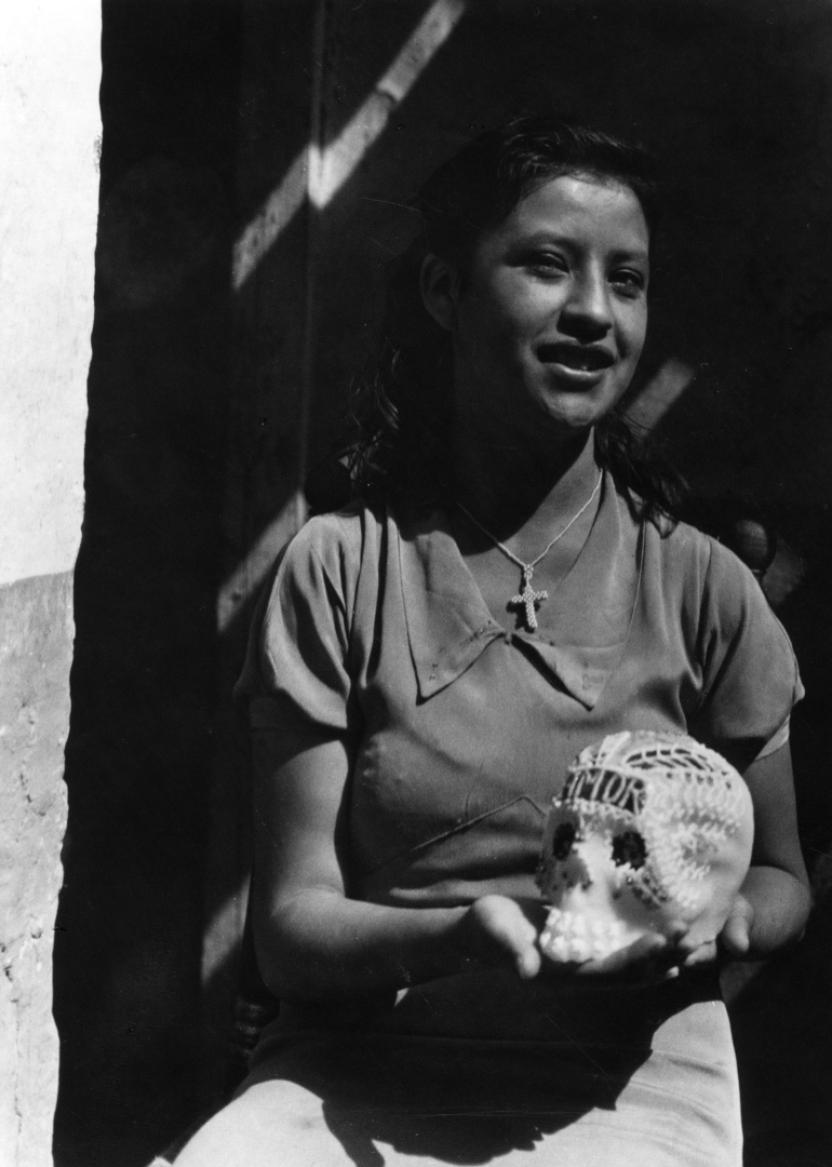 """""""Día de todos muertos"""" por Manuel Álvarez Bravo (1933)"""