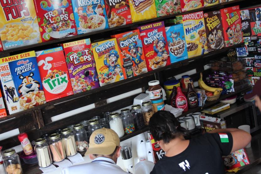 Sus paredes estan literalmente forradas de cajas de cereal Foto: Ángel García
