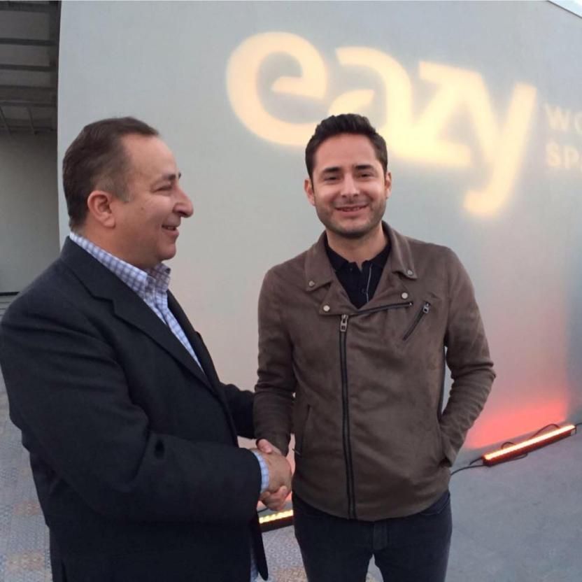 David Saúl Guakil, con su hijo Isaac Saúl, presidente administrativo de Cosmopolitan Group, durante un evento en mayo pasado. Foto: David Saúl Guakil/Facebook