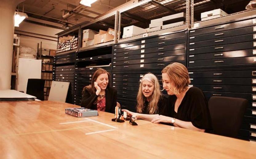 Maia Weinstock y Margaret Hamilton revisan el set con Tara Wike, gerente de diseño de LEGO