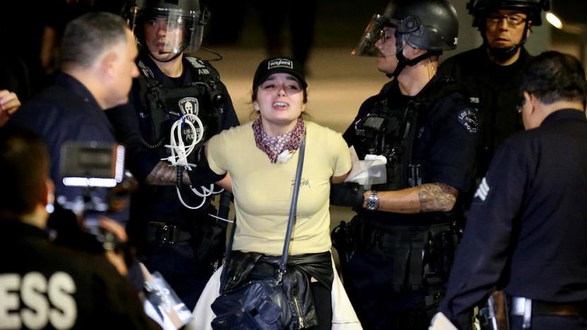 Protesta en Grand Park en LA donde se detuvieron a 150.  Foto por Luis Sinco / Los Angeles Times