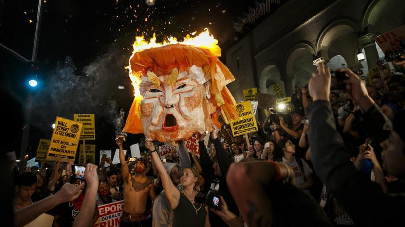 Un día después del resultado de las elecciones, los manifestantes incendiaron una cabeza de Trump afuera de Los Angeles City Hall. Foto por Marcus Yam / Los Angeles Times