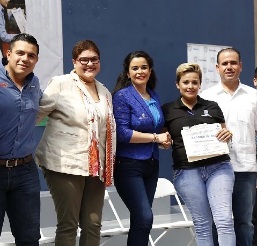La secretaria Juana Pérez (izquierda) acompañada de la Presidenta del DIF Estatal Brenda Ruacho de Vega durante un evento en agosto pasado.