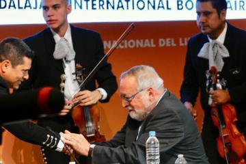 Fernando Savater se pone sentimental al escuchar mariachi en la FIL