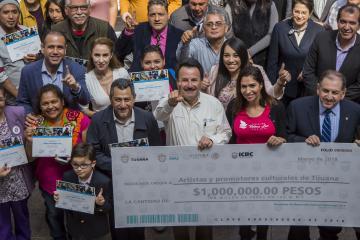 Alcalde entrega millón de pesos a 30 proyectos culturales y...