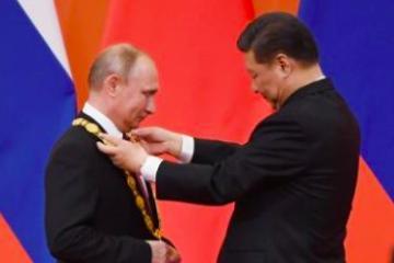 Presidente chino le da medalla de la amistad a Putin