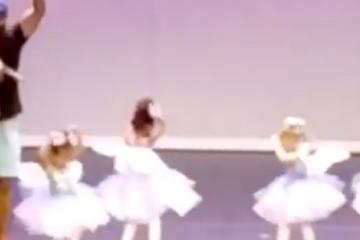 Pequeña entra en pánico y su padre sube a bailar ballet con ella