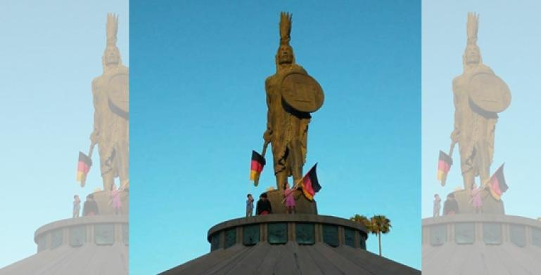 Pequeños ondean bandera alemana en glorieta Cuauhtémoc