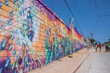 Jóvenes realizan mural en la colonia 10 de mayo