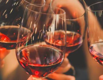 ¿Quieres vivir más de los 90? Toma alcohol