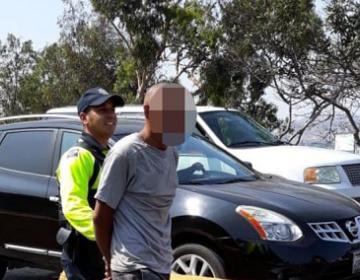 """Arrestan a personas que """"cuelan"""" carros en línea de San Ysidro"""