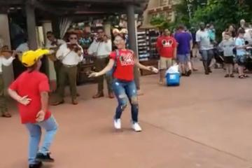 "VIDEO: Mexicanos bailan ""Jarabe Tapatío"" en Walt Disney..."