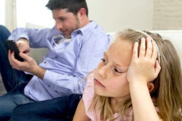 Papás que pasan mucho tiempo en el celular afectan la conducta de...