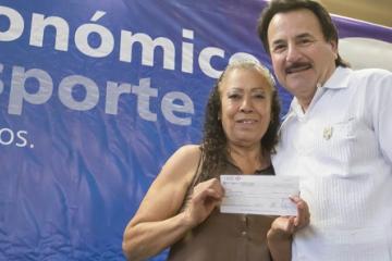 Entrega Alcalde 128 apoyos para adultos mayores en La Presa Este