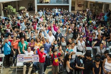 Pequeños tijuanenses reciben mochilas y paquetes escolares