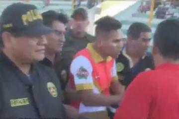 Inédito, futbolista es detenido a medio partido