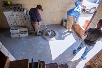 Realizan labores de limpieza en casas abandonadas en Las Delicias