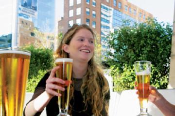 Atención mujeres: mientras más cerveza bebes, más fiel eres...