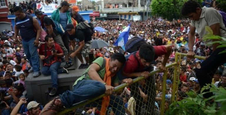 Migrantes hondureños rompen cerco para entrar a México