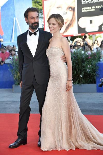 Sonia Bergamasco y Fabrizio Gifuni en la alfombra roja del Festival Internacional de Venecia