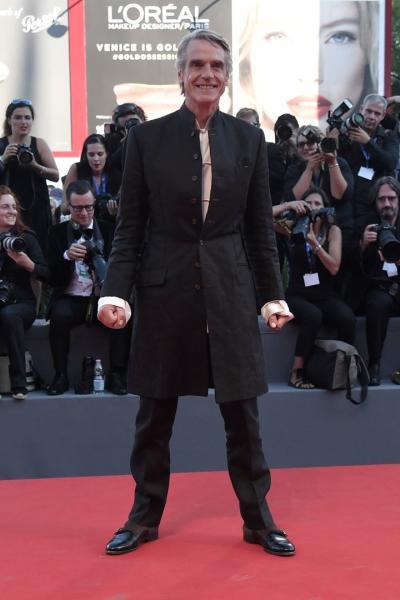 Jeremy Irons en la alfombra roja del Festival Internacional de cine de Venecia