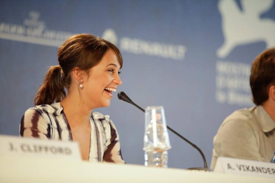 Alicia Vikander en conferencia de prensa