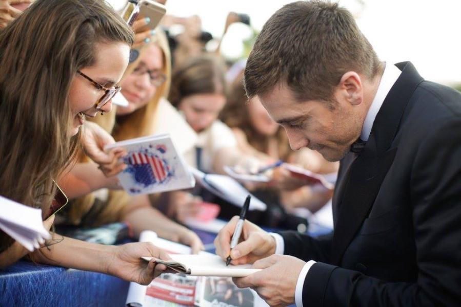 Jake Gyllenhaal firma autógrafos en la alfombra roja
