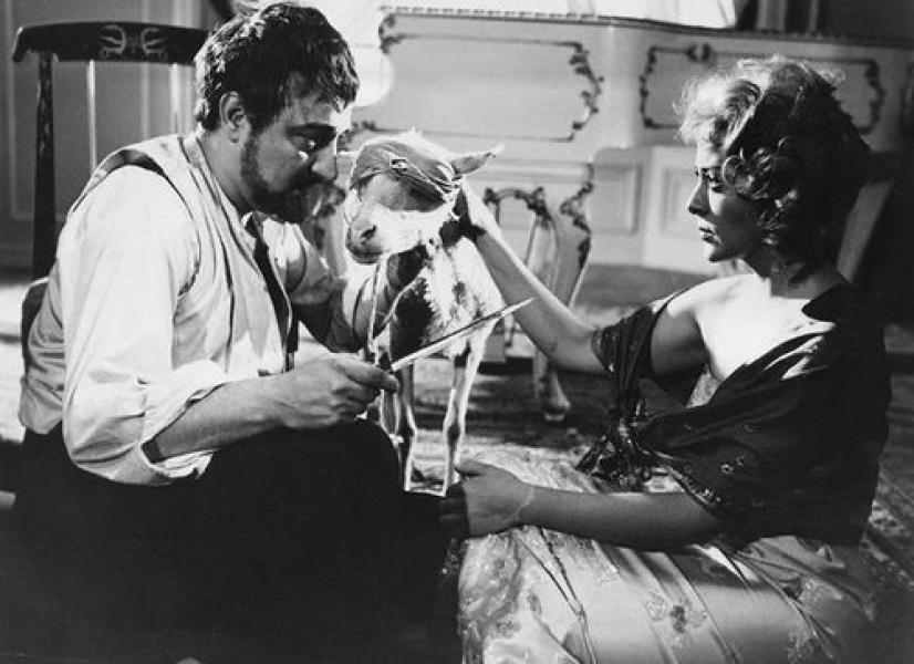 Enrique Rambal junto a Silvia Pinal en una imagen de El Ángel Exterminador (1962)