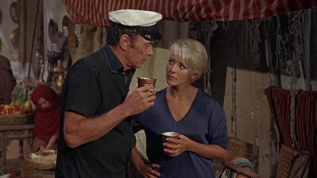 Burt Reynolds y Silvia Pinal en un fotograma de Shark! (1969)