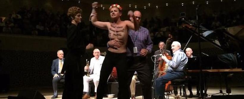 Woody Allen: protesta topless detiene su concierto de Jazz