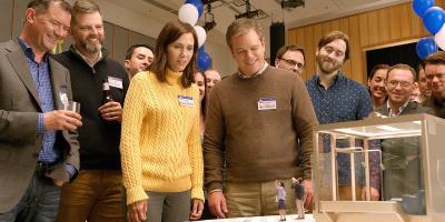 """Downsizing: Matt Damon y Kristen Wiig contemplan su futuro """"de miniatura"""" en la primera imagen de la película"""
