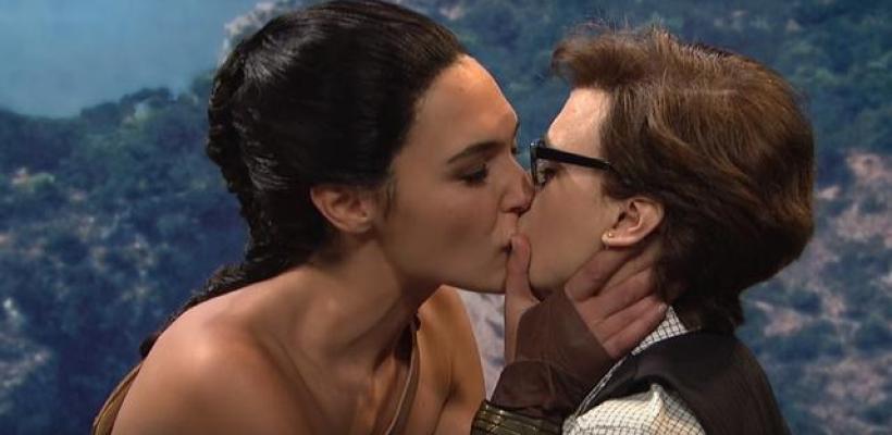 Gal Gadot besa apasionadamente a Kate McKinnon durante una parodia de Mujer Maravilla
