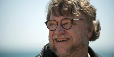 Guillermo del Toro presume su enorme colección de anime, manga, libros y figuras de colección