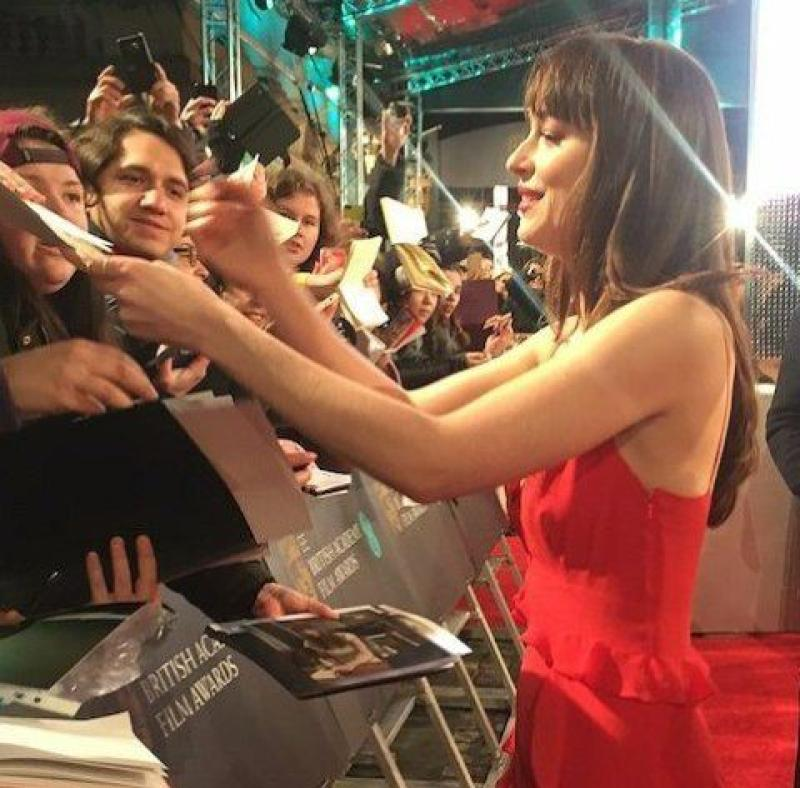 Dakota Johnson en firma de autógrafos