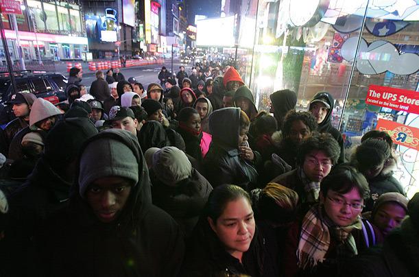 La gente se arremolina en las calles