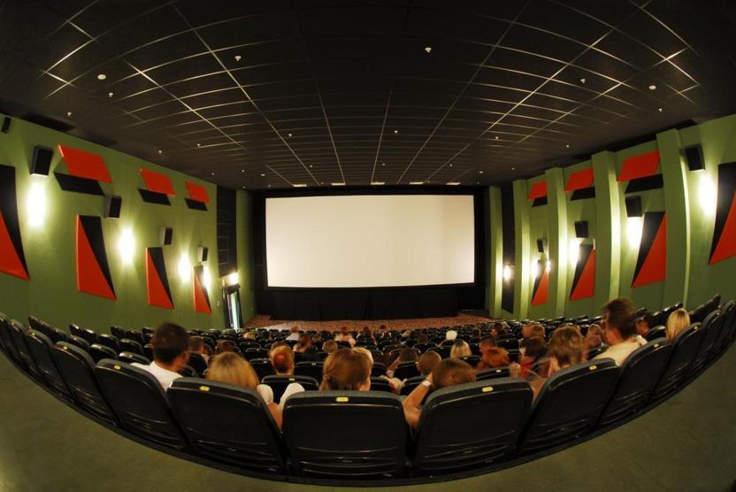La industria del cine es similar a la del videojuego, pero tiene más formas de hacer dinero