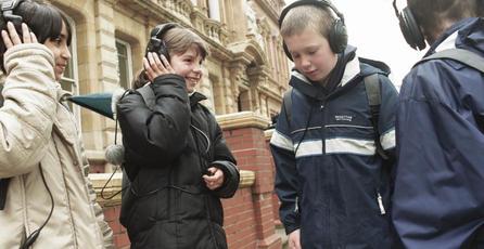Proyecto de ley chileno busca multar a peatones que circulen con audífonos